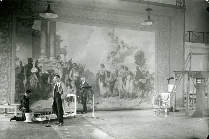 Augustin Němejc (vzadu s paletou) při tvorbě opony pro divadlo J. K. Tyla v Plzni. Archiv DJKT.
