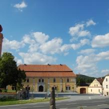 Přesanické náměstí - arciděkanství se Svatojánskýám muzeem, kostel sv. Jakuba Většího