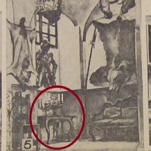 Stůl barokní intarzovaný  Zapůjčil Národní památkový ústav, územní památková správa v Českých Budějovicích. 1. polovina 18. století. Deska stolku je tvořena různou druhovou skladbou dřev (javor, švestka, třešeň, černý dub, ořech).  Na zámku se stůl nacházel na chodbě u schodiště v 2. poschodí.