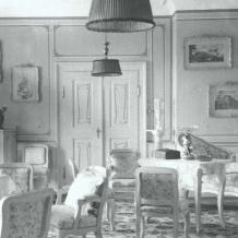 Dekorativní plastika, malý chlapec s pálkou Zapůjčil Národní památkový ústav, územní památková správa v Českých Budějovicích. Kolem roku 1900  Na zámku byla plastika umístěna v Rokokovém salónu.